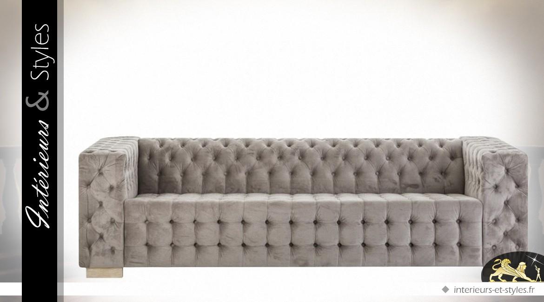 Grand canapé moderne en velours bistre capitonné | Intérieurs & Styles