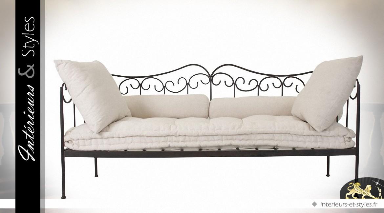 canap en fer forg noir avec coussins en coton cru. Black Bedroom Furniture Sets. Home Design Ideas