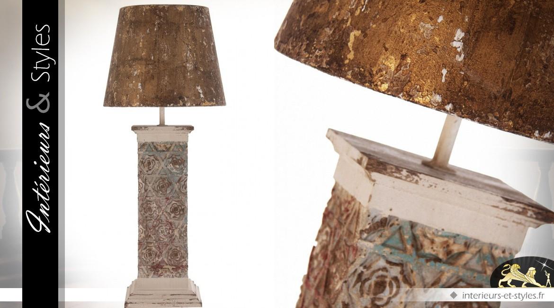 Lampe de salon en bois sculpté et abat-jour or vieilli