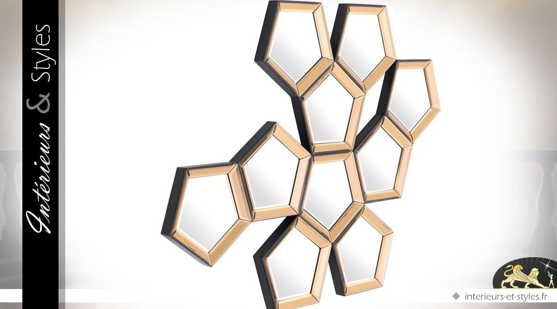 Grand miroir mural décoratif pentagones dorés 101 cm
