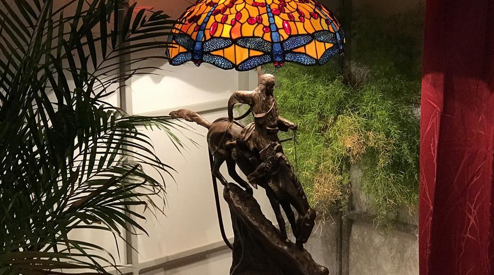 Grande lampe Tiffany avec pied en métal sculpté, Ø55 cm - Sous un soleil de rubis
