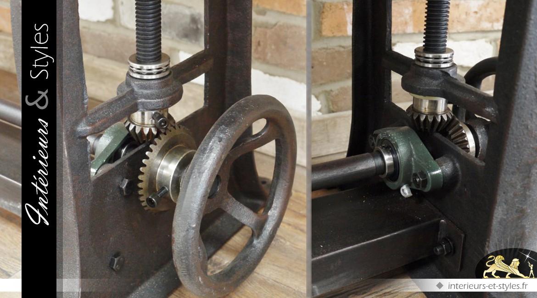 Grande table en bois et en métal d'inspiration industrielle