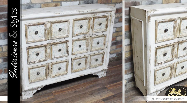 Commode en bois de style brocante et patinée en blanc