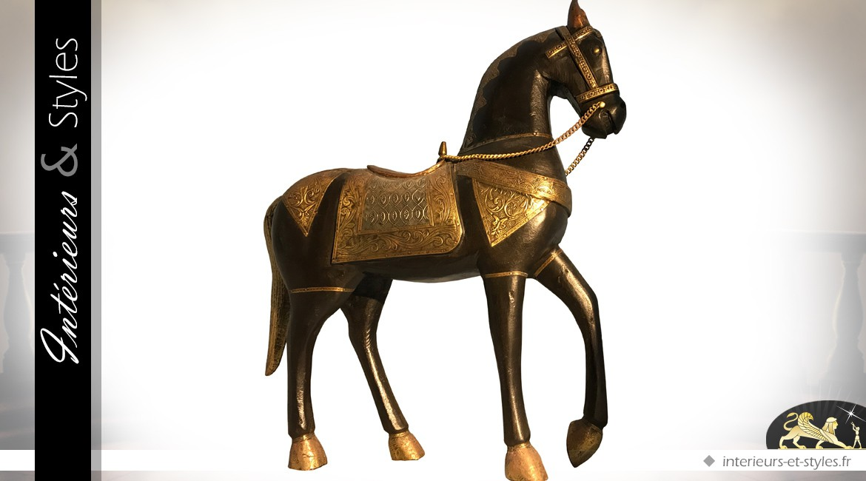Statuette de cheval noir et or en bois sculpté et laiton (48 cm)
