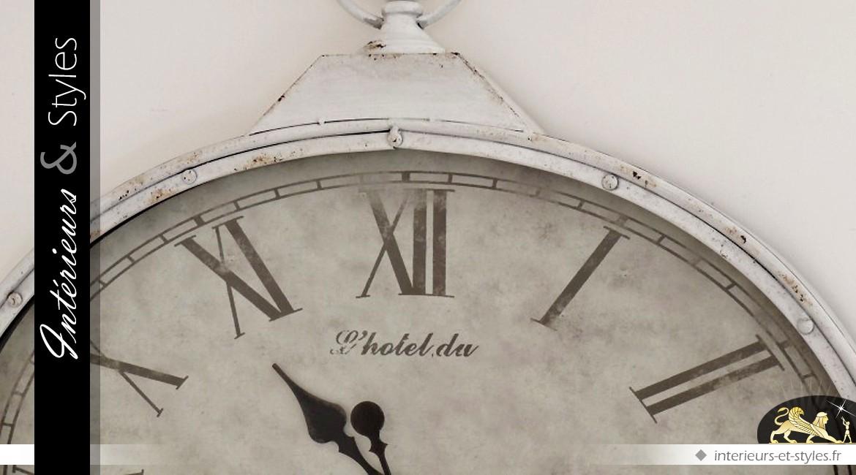 grande horloge murale en m tal ovale coloris blanc antique 80 cm int rieurs styles. Black Bedroom Furniture Sets. Home Design Ideas