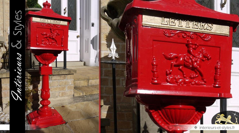 Boîte aux lettres anglaise sur pied couleur rouge