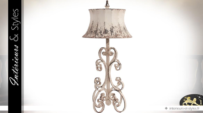 Grande lampe de salon en fer forgé en volutes patine blanc cassé 89 cm