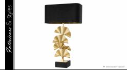 Lampe de salon Olivier signée Eichholtz, en laiton finition dorée ancien et base de granit