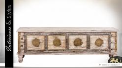 Bout de lit en forme de grand coffre en manguier ornementations métal