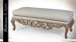 Bout de lit de style Louis XV en bois sculpté et tissu gris clair