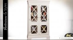 Vitrine à deux portes et deux tiroirs en acajou finition ivoire