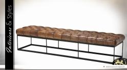 Grand bout de lit en cuir tabac capitonné support métal finiton zinc