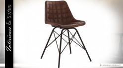 Chaise en cuir marron style vintage motifs carrés
