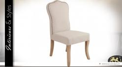 Chaise à dossier haut en tissu beige clair finition cloutée