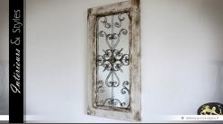 Miroir mural décoratif ornementé et patiné de style ancien