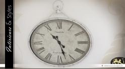 Grande horloge murale en métal ovale coloris blanc antique 80 cm