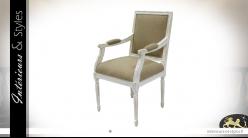 Fauteuil en bois patiné blanc décapé, style Empire XIXe, assise et dossier en coton finition lin