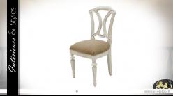 Chaise d'appoint en bois finition décapé blanc, dossier sculpté et assise effet lin clair